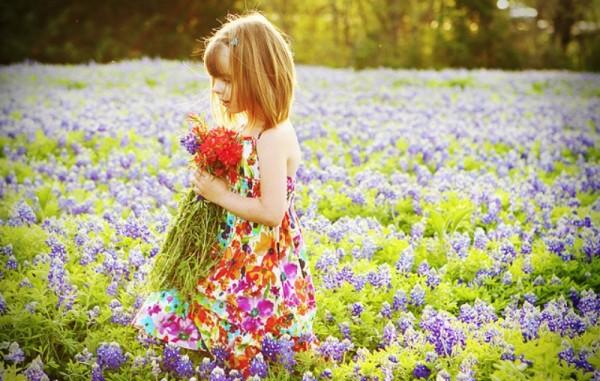 08-crianca-flores
